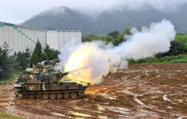 우리 군은 현재 K9 자주포의 기술을 적용해 성능을 개량한 K55A1 자주포를 운용하고 있다. 사진은 지난해 9월 육군6포병여단의 K55A1 자주포가 사격훈련을 하는 모습.  조용학 기자