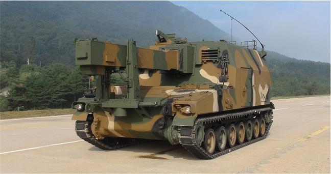 K55A1 자주포에 탄을 보급하는 K56 탄약운반장갑차.  방사청 제공