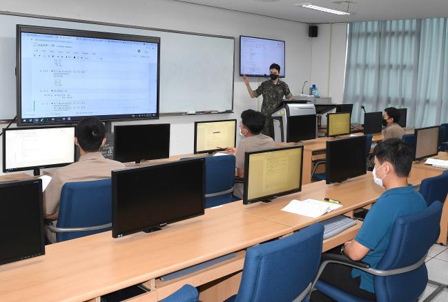 해군 사이버 및 지능정보화 분야 실무자들이 해군교육사령부 정보통신학교 인터넷 원격교육장에서 '해군 AI 기초 연수과정' 교육을 받고 있다.  사진 제공=서준혁 중사