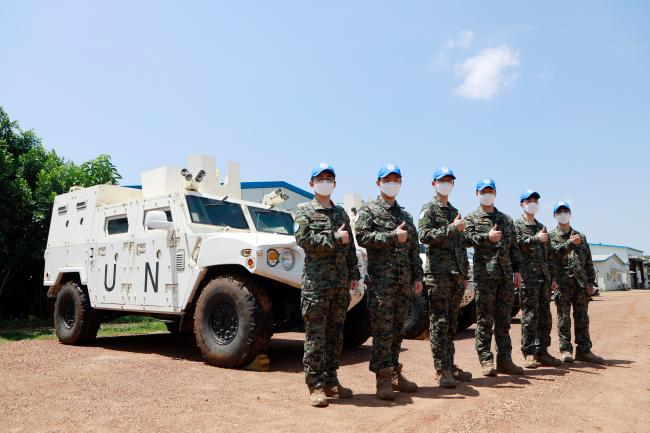 남수단 평화유지를 위해 전역을 연기한 한빛부대 13진 장병 6명이 임무완수를 다짐하며 기념사진을 찍고 있다.  부대 제공