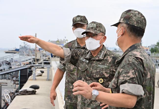 부석종(가운데) 해군참모총장이 13일 3함대 군항지구에서 14호 태풍 '찬투'의 내습에 대비한 부대의 대응태세를 점검하고 있다.  해군 제공