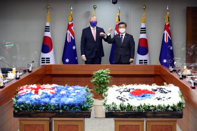 서욱(오른쪽) 국방부 장관과 피터 더튼 호주 국방장관이 13일 서울 국방부에서 만나 팔꿈치를 맞대며 인사를 나누고 있다. 조종원 기자