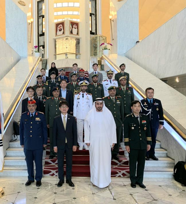 박재민(맨 앞줄 왼쪽 둘째) 차관과 마타르 살렘 알리 알 다헤리(맨 앞줄 왼쪽 셋째) UAE 차관 등 양국 국방부 관계자들이 13일 한-UAE 국방차관급 운영위원회를 마치고 기념촬영을 하고 있다.  국방부 제공