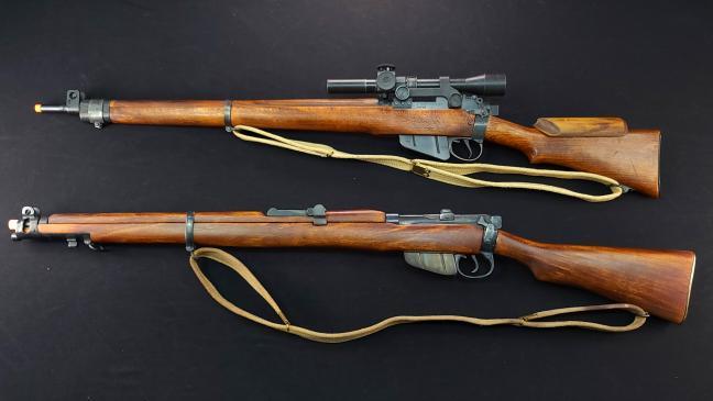 리-엔필드 소총 No.1 MK3(아래)와 No.4 MK1(위) 비교 사진. 초기 모델인 N0.1 MK3가 넓적해서 작아 보이지만, 실제로는 더 길다는 것을 확인할 수 있다.  필자 제공