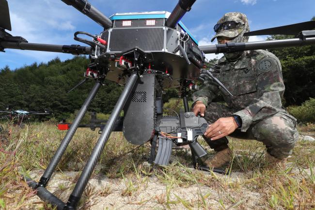 한 장병이 육군과학화전투훈련단(KCTC)에서 열린 전투실험 후 소총사격 드론을 정비하고 있다. 이날 전투실험에서 드론들은 기존에 전투원들이 하던 임무를 상당 부분 대체했다.