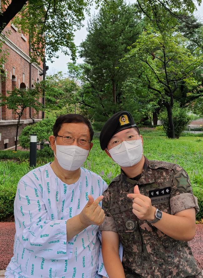 간 이식 수술을 앞두고 아버지와 사진을 찍고 있는 청포여단 김기림 일병.  사진 제공=김주영 소위