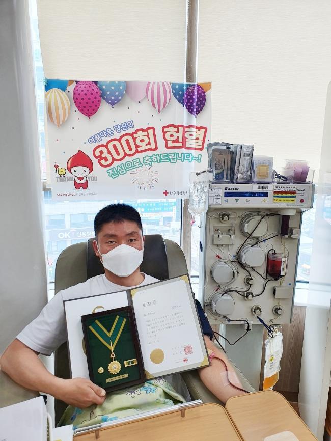최고 명예대장 수상 기준인 300회째 헌혈을 하고 있는 군사경찰대대장 김성수 중령.  사진 제공=권오성 대위(진)