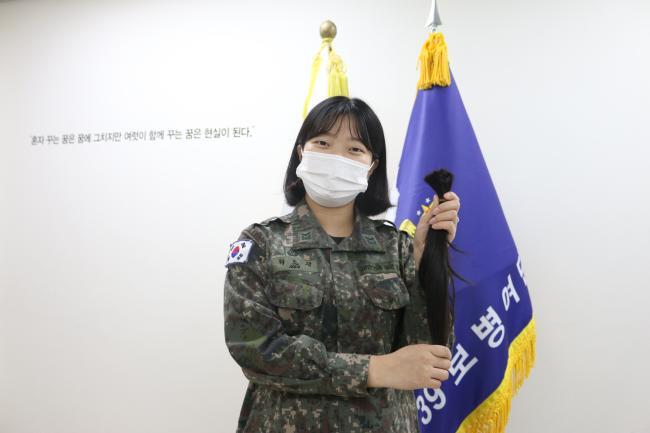 육군15보병사단 을지여단 허소정 중사(진)가 어머나 운동본부에 기부할 머리카락을 들어 보이고 있다.