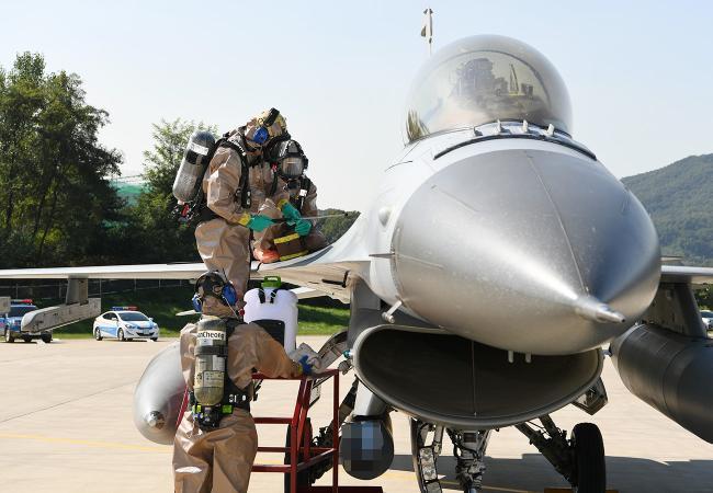공군15특수임무비행단 지상구조반 장병들이 항공기 사고구조 훈련에서 항공기를 제독하고 있다.  사진 제공=김샛별 중사