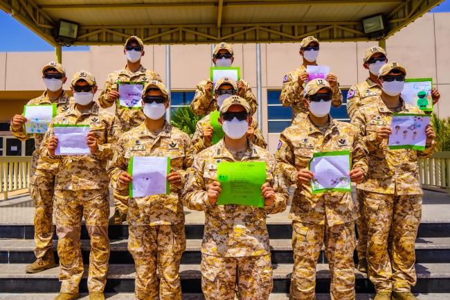 아크부대 장병들이 인천부평서초등학교 학생들에게 받은 손편지를 들어보이고 있다. 24명의 초등학생은 아크부대 소개 영상을 본 뒤 응원 편지를 작성해 보냈다.  부대 제공