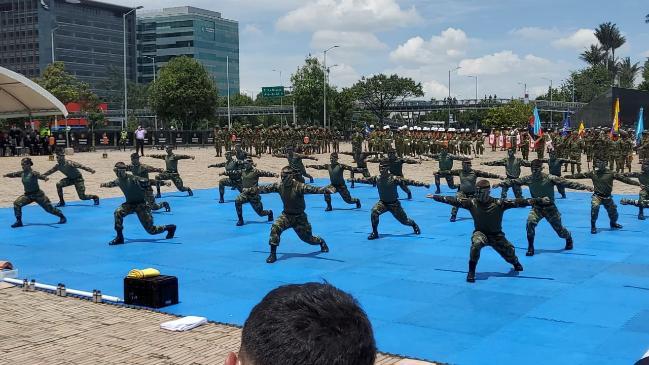 콜롬비아 육사 생도들이 지난 10일(현지 시간) 보고타 전쟁영웅기념비 앞에서 열린 '6·25 참전군인의 날' 행사에서 태권도 시범을 선보이고 있다.   사진 제공=콜롬비아 육군