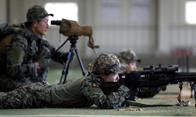 백발백중양해주 중사가 완벽한 자세를 선보이며 저격소총 실사격 훈련을 하고 있다.