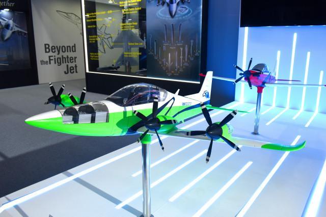 한국항공우주산업이 제안한 차기 기본훈련기의 전기추진형(앞)과 내연기관형(뒤) 모델이다.